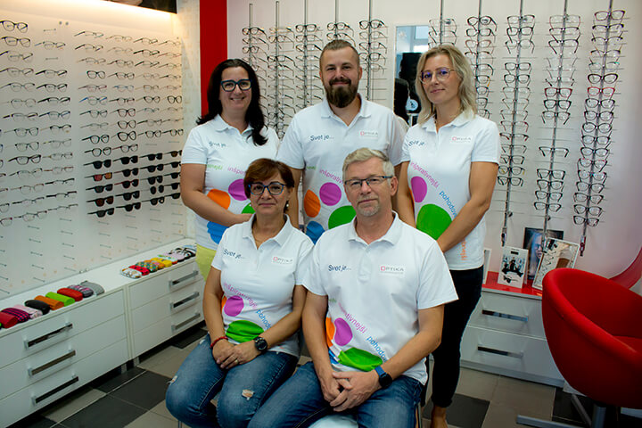 6dc662190 Naša optika, ako rodinná firma, zahájila svoju činnosť v r.1999. Našim  zákazníkom ponúkame odborné poradenstvo v oblasti očnej optiky a optometrie.